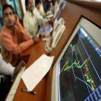 Banks, metals & auto gain, IT drags; Sensex consolidates