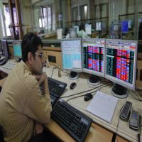 SBI & ICICI Bank lead, Reliance falls; Sensex volatile